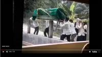 Potongan gambar dari video keranda tercebur kolam. (Youtube)