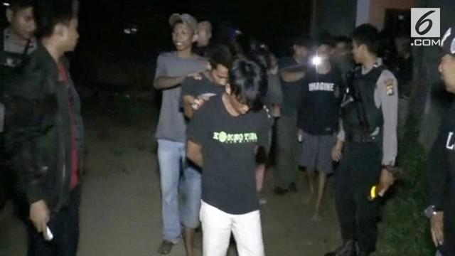 Sekelompok remaja yang tengah mengelar pesta mesum sambil mabuk-mabukan di sebuah rumah kos-kosan digerebek Petugas Satreskrim Polres Polewali Mandar Sulawesi Barat, Senin malam (22/5/2018).