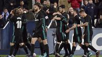 Para pemain Real Madrid merayakan gol Marco Asensio (tengah) ke gawang Leganes  pada laga Copa Del Rey di Estadio Municipal Butarque, Leganes, (18/1/2018). Real Madrid menang 1-0. (AFP/Oscar Del Pozo)