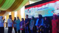 Wali Kota (Wako) Palembang Harnojoyo menyerahkan pinjaman tanpa bunga ke perwakilan UMKM di Palembang (Liputan6.com / Nefri Inge)