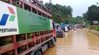 Pertamina yang melakukan penyaluran BBM saat bencana banjir di Konawe Utara melanda.(Liputan6.com/Ahmad Akbar Fua)