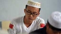 Mahasiswa China Hui Muslim saat Menghadiri kelas di Institut Islam di Yinchuan Ningxia, Provinsi Ningxia utara China (22/9/2015). Kampus ini merupakan lembaga pendidikan Islam Terbesar di China. (AFP PHOTO/GOH CHAI HIN)