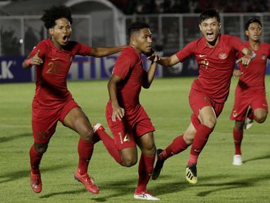 Pemain Timnas Indonesia U-19 merayakan gol yang dicetak oleh Muhammad Fajar Fathur ke gawang Timor Leste pada laga Kualifikasi Piala AFC U-19 di Stadion Madya, Jakarta, Rabu, (6/11/2019). Indonesia menang 3-1 atas Timor Leste. (Bola.com/M Iqbal Ichsan)