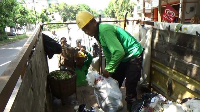 Polisi Tulungagung Jadi Tukang Angkut Sampah Warga