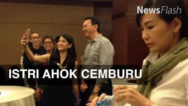 Media sosial sempat ramai dengan foto istri Ahok, Veronica Tan yang tampak kesal melihat sang suami berfoto bersama dengan artis Dian Sastro