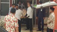 Petugas medis membawa Menko Polhukam Wiranto menuju ambulans untuk dievakusi usai diserang orang tak dikenal di Pandeglang, Banten, Kamis (10/10/2019). Wiranto yang mengalami luka tusuk di bagian perut tersebut dibawa ke RSPAD Gatot Subroto, Jakarta dengan helikopter.  (AP Photo/Rafsanjani)