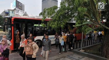 Penumpang turun dari bus Transjakarta di Kawasan Terintegrasi Transportasi Dukuh Atas, Jakarta, Rabu (12/6/2019). PT Transjakarta mencatat adanya peningkatan penumpang setelah Moda Raya Terpadu (MRT) beroperasi. (merdeka.com/Iqbal S. Nugroho)