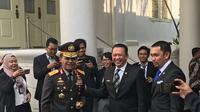Ketua DPR Bambang Soesatyo bercengkrama dengan Kapolda Metro Irjen Idham Azis (Liputan6.com/Hanz Jimenez).