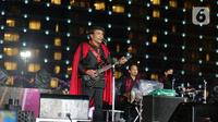 Penampilan Rhoma Irama saat konser Happy New Year 2020 di Bundaran HI, Jakarta, Selasa (31/12/2019). Raja Dangdut Rhoma Irama dan Soneta Group menjadi band utama yang mengiringi musik legendarisnya di konser tersebut. (Liputan6.com/Herman Zakharia)