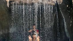 Dalam postingan instagram selanjutnya, Tamara dan Kenzou tampak berpose di bawah air terjun mini buatan. (Liputan6.com/IG/@tamarableszynskiofficial)