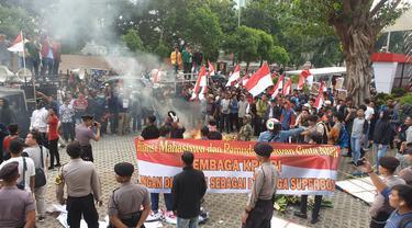 Demo berlangsung ricuh di depan gedung KPK, Jumat (13/9/2019). (Liputan6.com/ Nanda Perdana Putra).