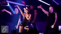 Aksi Ariana Grande berhasil memukau para penggemarnya di Indonesia pada konser bertajuk 'The Honeymoon Tour ' yang digelar di JIExpo Kemayoran Hall B-C, Jakarta, Rabu (26/8/2015). (Liputan6.com/Faisal R Syam)