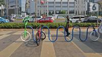 Suasana tempat parkir sepeda di area Stasiun MRT Istora, Jalan Sudirman, Jakarta, Jumat (13/11/2019). PT MRT Jakarta memarkiran sepeda untuk merangsang minat warga untuk menitipkan sepeda di stasiun MRT. (Liputan6.com/Herman Zakharia)