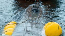Kapal selam yang digunakan untuk mengangkut obat-obatan terlarang saat disita di perairan Aldan, Spanyol (26/11/2019). Penyitaan ini merupakan bagian dari operasi yang digelar di kota tepi laut Cangas dekat perbatasan dengan Portugal. (AFP/Lalo R. Villar)