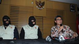 Plt Wakil Ketua KPK Johan Budi SP (kanan) bersama penyidik KPK memperlihatkan barang bukti uang suap hasil operasi tangkap tangan (OTT), Jakarta, Jumat (10/4/2015). (Liputan6.com/Herman Zakharia)
