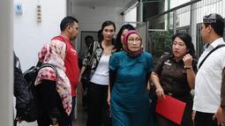 Terdakwa kasus dugaan penyebaran berita bohong Ratna Sarumpaet menuju ruang sidang  di PN Jakarta Selatan, Selasa (12/3). Sidang mendengarkan tanggapan JPU atas nota keberatan yang disampaikan pengacara Ratna. (Liputan6.com/Herman Zakharia)