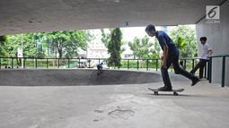 Skater sedang bermain di skaterpark di kolong Flyover Slipi, Jakarta, Selasa (15/1). Skatepark yang diberi nama FO SLIPI SKATEPARK itu belum diresmikan oleh Pemprov DKI Jakarta. (Liputan6.com/Herman Zakharia)
