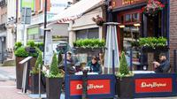 Sejumlah orang menyantap hidangan di luar bar yang kembali buka di Dublin, Irlandia, Senin (29/6/2020). Irlandia memasuki fase ketiga pencabutan pembatasan COVID-19, dengan mengizinkan lebih banyak bisnis kembali beroperasi dan memberikan kebebasan pergerakan lebih besar kepada masyarakat. (Xinhua)