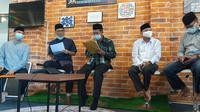 Walikota Serang, Syafrudin (memegang map kuning), Meluruskan Surat Imbauan Larangan Warteg Buka Siang Hari Selama Ramadan. (Minggu, 18/04/2021). (Liputan6.com/Yandhi Deslaama).