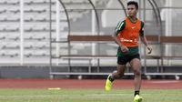 Pemain Timnas Indonesia U-22, Osvaldo Haay, mengamati arah bola saat latihan di Stadion Madya Senayan, Jakarta, Selasa (29/1). Latihan ini merupakan persiapan jelang Piala AFF U-22. (Bola.com/Yoppy Renato)