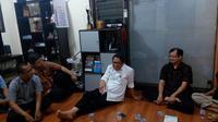 Menkominfo Rudiantara saat berdiskusi dengan praktisi TIK tentang open BTS di Onno W. Purbo dan pegiat internet  di basecamp ICT Watch (Mochamad Wahyu Hidayat/Liputan6.com)