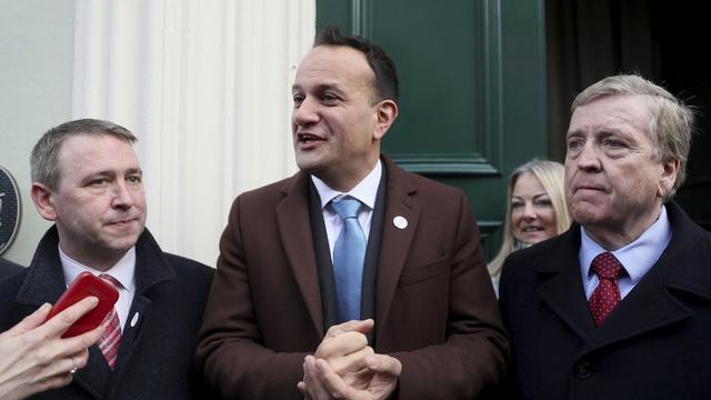 PM Irlandia Leo Varadkar (tengah) bersama dengan para kandidat anggota parlemen.
