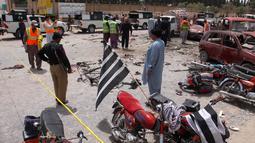 Personel keamanan berjaga di lokasi serangan bom bunuh diri di Quetta, Pakistan, Rabu (25/7). Selain menewaskan 31 orang, lebih dari 30 lainnya terluka. (AP Photo/Arshad Butt)