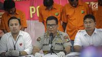 Kabid Humas Polda Metro Jaya Kombes Argo Yuwono didampingi jajaran memberikan keterangan kepada wartawan saat rilis pengungkapan tindak pidana perampasan truk tangki Pertamina di Polda Metro Jaya, Jakarta, Selasa (19/3). (Liputan6.com/Faizal Fanani)