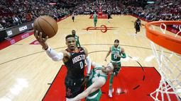 Pebasket Houston Rockets, Russell Westbrook, berusaha memasukkan bola saat melawan Boston Celtics pada laga NBA Rabu (12/2/2020). Houston Rockets menang 116-105 atas Boston Celtics. (AP/David J. Phillip)