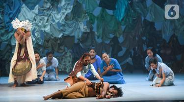 Pemain mempertunjukkan teater yang menggabungkan film, dance, dan lagu berjudul Planet Sebuah Lament di Teater Jakarta, TIM, Jakarta, Kamis (16/1/2020). Teater karya Garin Nugroho merupakan pertunjukan perdana dan menjadi karya pembuka dalam ASIA TOPA. (Liputan6.com/Fery Pradolo)