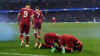 Pemain Liverpool Mohamed Salah (kanan) bersama rekannya Sadio Mane melakukan sujud syukur saat melakukan selebrasi usai mencetak gol ke gawang Manchester City di Etihad Stadium (10/4). Pada pertandingan itu Liverpool menang 2-1. (AFP/Paul Ellis)