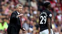 Pelatih Manchester United, Ole Gunnar Solskjaer, memberikan instruksi kepada Aaron Wan-Bissaka pada laga Premier League di Stadion St Mary's, Southampton, Sabtu (31/8). Kedua klub bermain imbang 1-1. (AP/Mark Kerton)