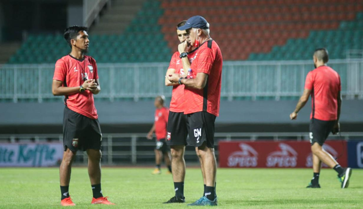 Borneo FC memiliki modal penting setelah mereka berhasil menang atas Persebaya Surabaya dengan skor 3-1 di laga pertama. Pelatih kepala Mario Gomez (kanan) menyebut bahwa strategi yang sama akan digunakan untuk melawan Persik Kediri. (Foto: Bola.com/Nandang Permana)