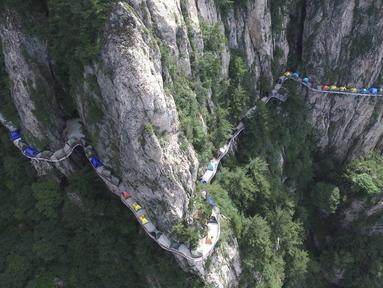 Sejumlah tenda terlihat dari pandangan udara saat backpacker berkemah di tebing Gunung Laojun, Louyang, Henan, China (16/7). Lebih dari 100 backpacker kamping bersama di tebing pada ketinggian 1.700 mdpl selama 2 hari satu malam. (REUTERS/Stringer)