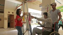 Alfin Tuasalamony didampingi oleh kerabatnya saat menjalani kontrol di R.S Cipto Mangunkusumo, Jakarta. (Bola.com/Peksi Cahyo)