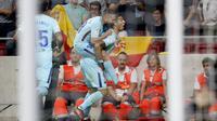 Striker Barcelona, Luis Suarez, melakukan selebrasi usai mencetak gol ke gawang Atletico Madrid pada laga La Liga Spanyol di Stadion Wanda Metropolitano, Minggu (15/10/2017). Atletico Madrid bermain imbang 1-1 dengan Barcelona. (AP/Francisco Seco)