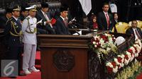 Presiden Joko Widodo memyampaikan Pidato saat sidang tahunan MPR RI, DPR RI dan DPD RI tahun 2016 di Kompleks Parlemen, Jakarta, Selasa (16/8). Sidang tersebut beragendakan penyampaian pidato kenegaraan Presiden Joko Widodo. (Liputan6.com/Johan Tallo)