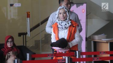 Marketing Manager PT Humpuss Transportasi Kimia, Asty Winasti tiba di Gedung KPK, Jakarta, Senin (8/4). Asty diperiksa sebagai tersangka terkait dugaan suap kerja sama pengangkutan bidang pelayaran antara PT Pupuk Indonesia Logistik dengan PT Humpuss Transportasi Kimia. (merdeka.com/Dwi Narwoko)