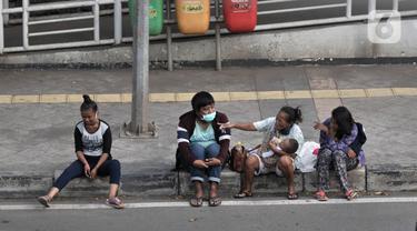 Penyandang Masalah Kesejahteraan Sosial (PMKS) menunggu warga memberikan sedekah di pinggir jalan, Jakarta, Rabu (13/5/2020). Menjelang sore, sejumlah PMKS mulai bermunculan di pinggir jalan raya Ibu Kota. (merdeka.com/Iqbal S. Nugroho)