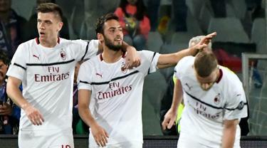 Gelandang AC Milan, Hakan Calhanoglu, melakukan selebrasi usai membobol gawang Fiorentina pada laga Serie A di Stadion Artemio Franchi, Sabtu (11/5). AC Milan menang 1-0 atas Fiorentina. (AP/Claudio Giovanni)