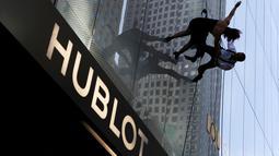 """Penari menampilkan tarian menegangkan di dinding bangunan gedung, Manhattan borough New York (19/4). Penari tersebut menari untuk memeriahkan acara pembukaan toko """"Hublot"""" di Fifth Avenue di Manhattan. (REUTERS/Andrew Kelly)"""