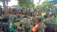 Kapolda Papua, Pangdam Cenderawasih dan Bupati Mamberamo Raya memberikan himbauan kepada personel Pos Yalet di Kasonaweja pasca insiden TNI Polri di Mamberamo Raya. (Liputan6.com/Polda Papua/Katharina Janur)