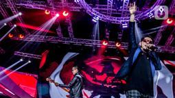 """Penampilan Five Minutes di atas panggung Konser Luar Biasa  Indonesian Soccer Awards 2019 di Studio 6 Indosiar, Jakarta, Jumat (10/1/2020). Dalam penampilanya Five Minutes membawakan lagu  """"Garuda di Dadaku"""". (Liputan6.com/Faizal Fanani)"""