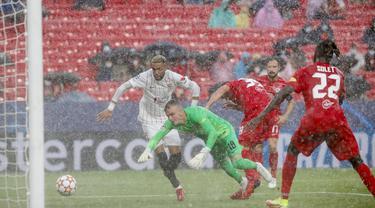 Laga Sevilla kontra RB Salzburg di Liga Champions berakhir sama kuat 1-1. (Foto: AP/Angel Fernandez)