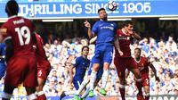 Striker Chelsea, Olivier Giroud, berusaha membobol gawang Liverpool pada laga Premier League di Stadion Stamford Bridge, London, Minggu (6/5/2018). Chelsea menang 1-0 atas Liverpool. (AFP/Glyn Kirk)