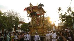 Peserta membawa ogoh-ogoh pada karnaval Budaya Bali di kawasan Nusa Dua, Bali, Jumat (12/10). Karnaval tersebut untuk memeriahkan perhelatan Pertemuan Tahunan IMF - World Bank Group 2018 di Bali. (Liputan6.com/Angga Yuniar)