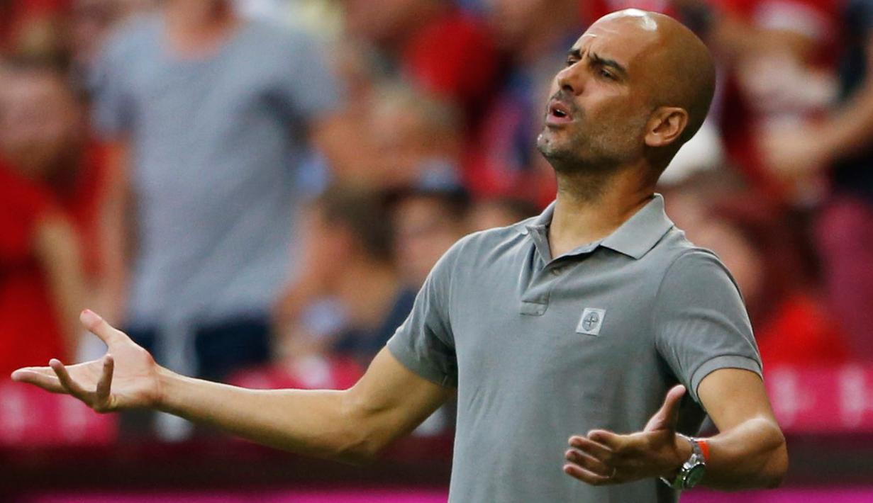 Pelatih baru Manchester City, Pep Guardiola kecewa melihat para pemainnya bertanding melawan Bayern Muenchen di laga uji coba pramusim di Allianz Arena, Muenchen (21/7). City kalah atas Muenchen dengan skor 1-0. (Reuters/Michaela Rehle)