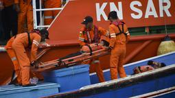 Personel Badan Nasional Pencarian dan Pertolongan (Basarnas) membawa korban dengan tandu selama simulasi penyelamatan pengungsi luar negeri di perairan Banda Aceh, Kamis (17/10/2019). Kegiatan diikuti unsur TNI, Polri, relawan dan pimpinan lembaga peduli bencana di Aceh. (CHAIDEER MAHYUDDIN/AFP)
