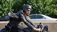 Ilustrasi berkendara motor dengan menggunakan kacamata hitam. (State Farm)