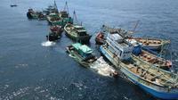 13 Kapal Perikanan Asing (KIA) ilegal berbendera Vietnam dimusnahkan dengan cara ditenggelamkan di Kalbar. (Aceng Mukaram/Liputan6.com)